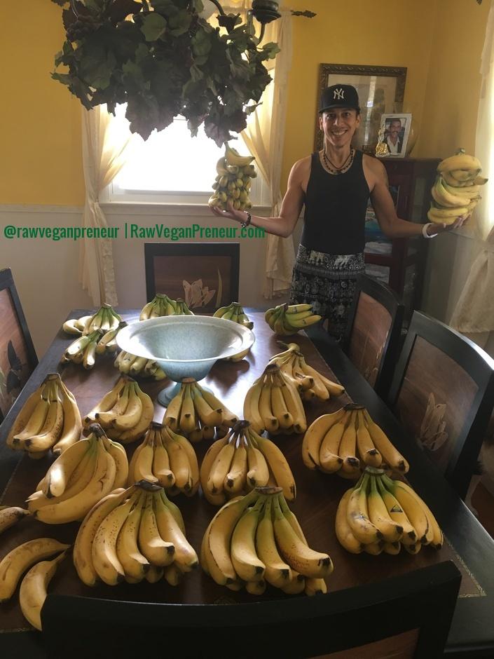 Jeremiah Bonet The Raw Vegan preneur bananas